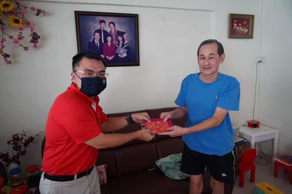 Chang Naip Heng (right), SMOU member of 25 years.