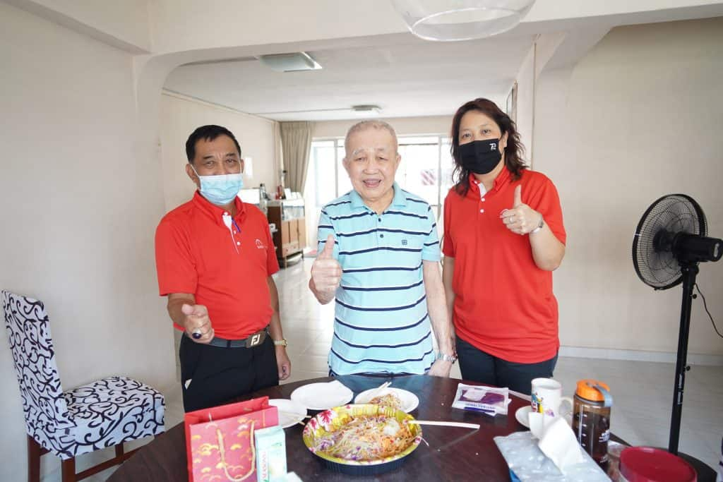 Chew Yew Chye (centre), SMOU member of 40 years.