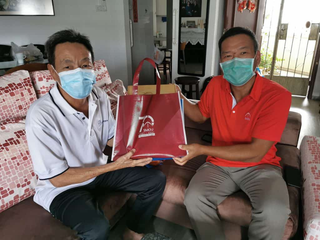 Kuo Cun Horng Peter (left), SMOU member of 25 years.