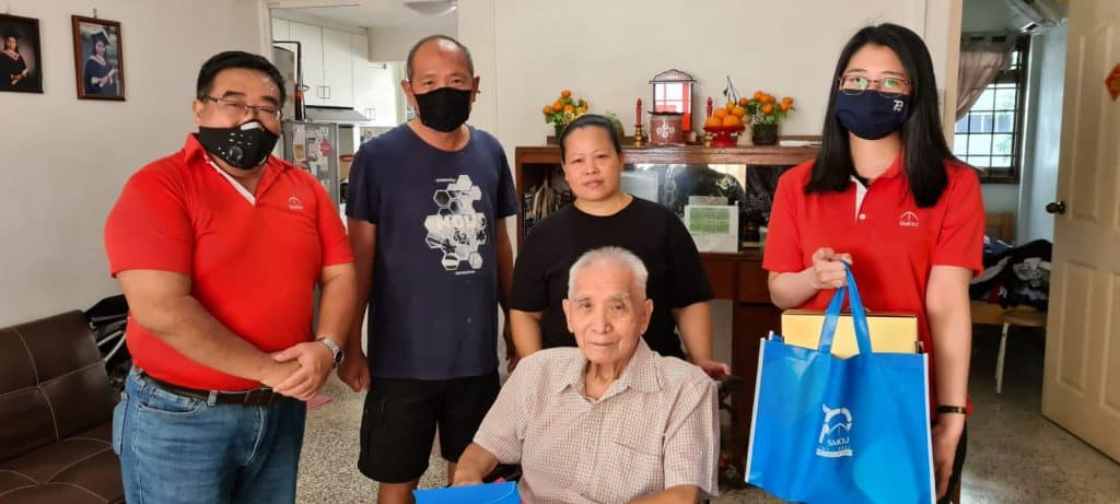 Phua Cheng Poh (seated), SMOU member of 38 years.